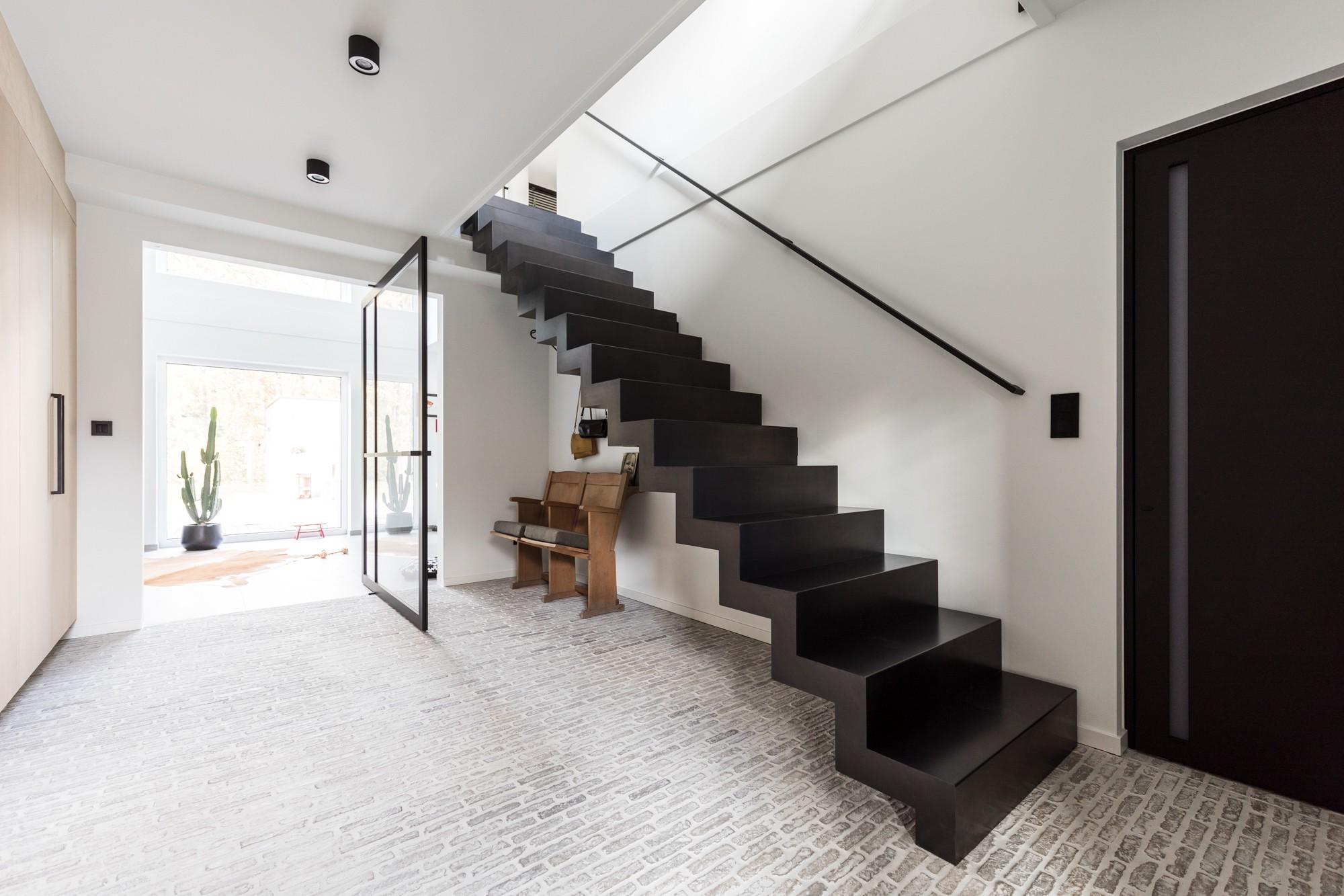 Pure Black Un Escalier Noir En Acier Sans Nez De Marche Genico