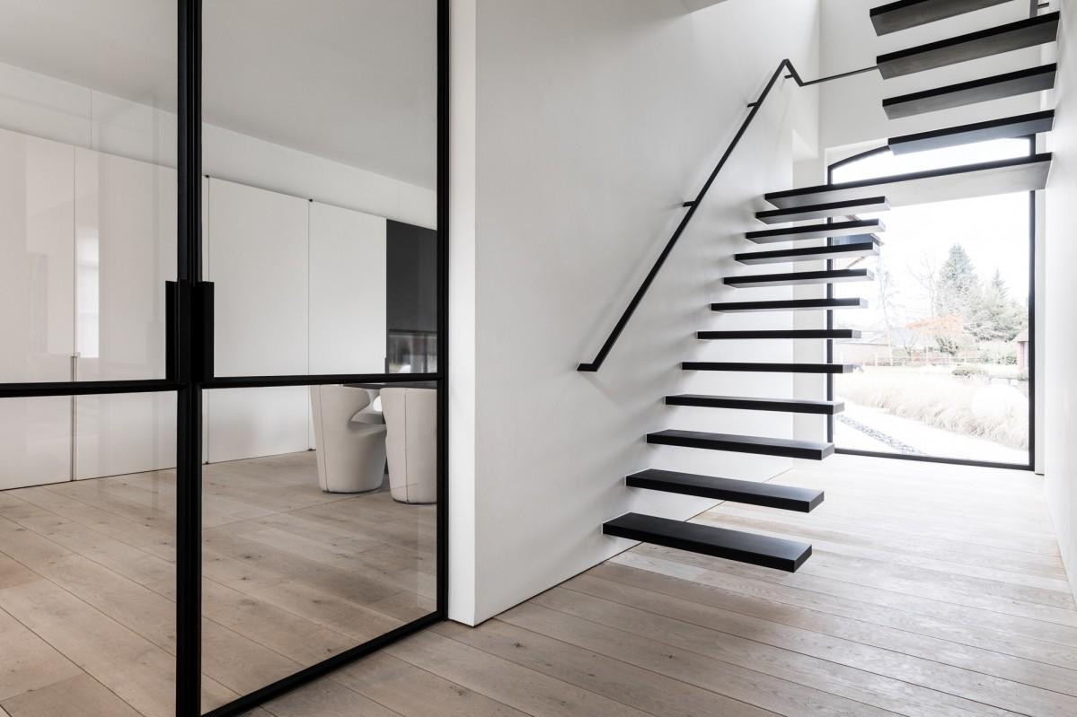 Moderne trap op maat genico for Metalen trap maken